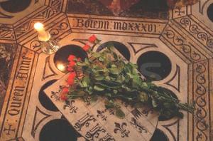 Le rose sulla zona della cappella in cui si trovano i resti di Anna